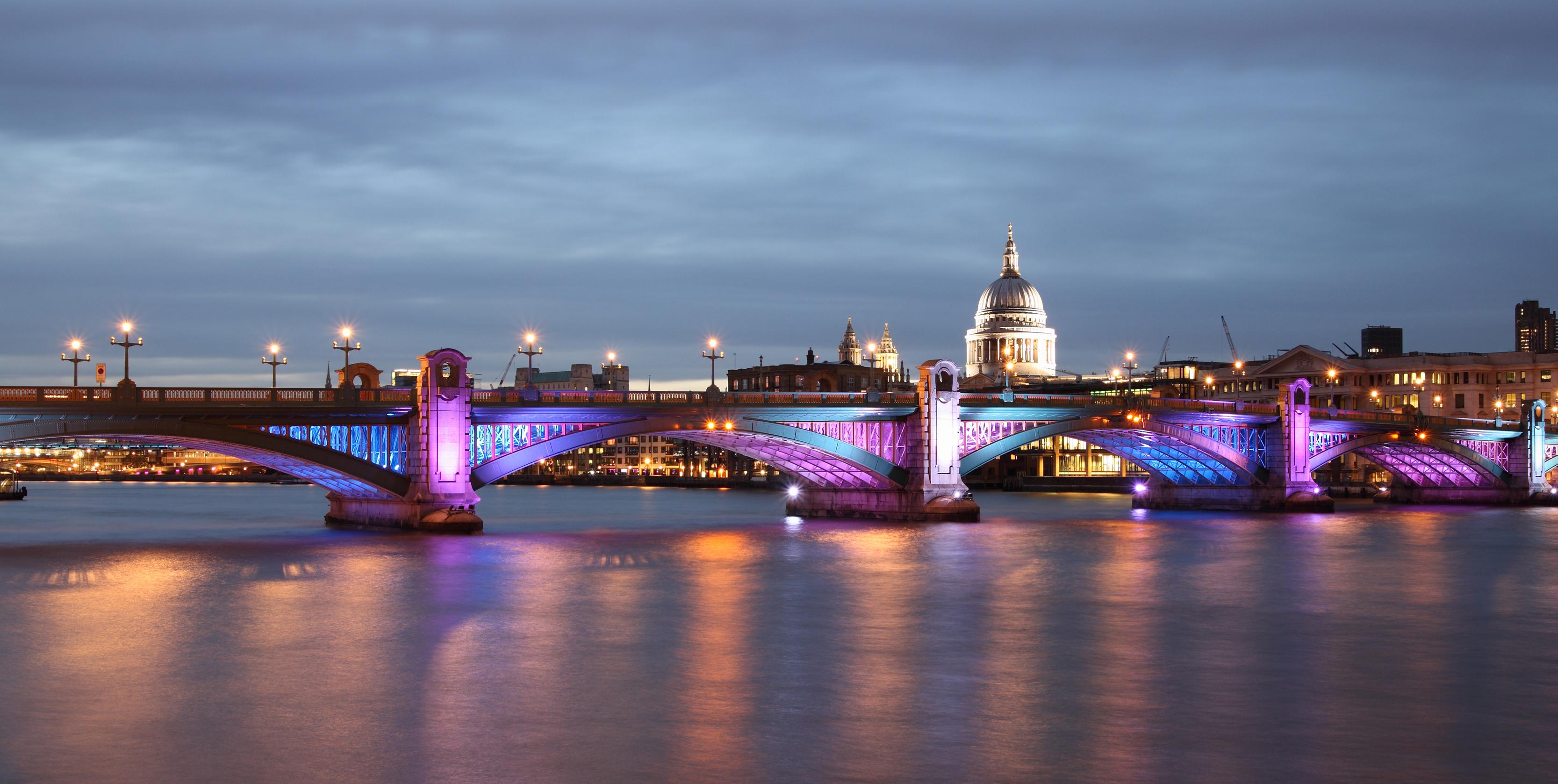 the-iconic-illuminated-Thames-scenery